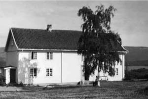 Hovedbygningen på Frøyhov i 1950-årene. Tuntreet ble plantet av Johan A. Fjeldstad i 1933.