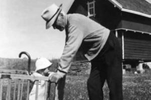 På dette bildet fra 1957 ser vi Dag Fjeldstad (f. 1956) (i leikegrinda), overtar vandringsstaven etter oldefaren Lars Olsen Frøhaug (1867–1958).