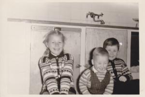 Torunn, Amund og Dag Fjeldstad på kjøkkenet