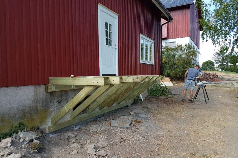 Nytt inngangsparti ble laget med god hjelp av Ivar