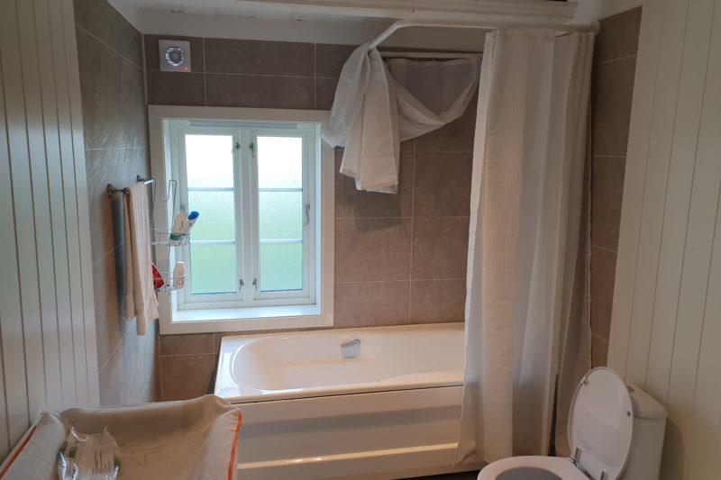 Badekar og toalett